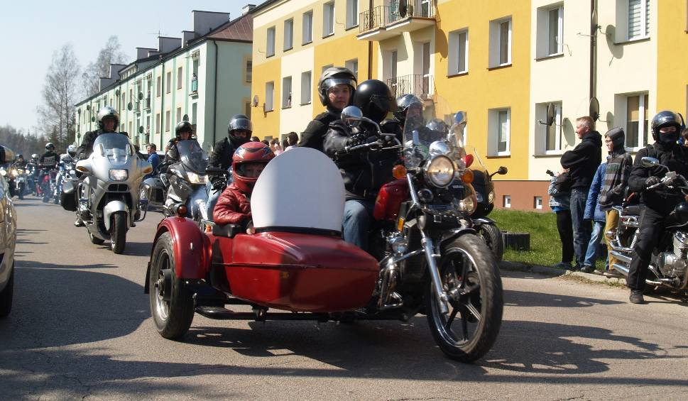 Film do artykułu: Komorowo. Sezon motocyklowy rozpoczęty. Parada z udziałem około 500 motocyklistów