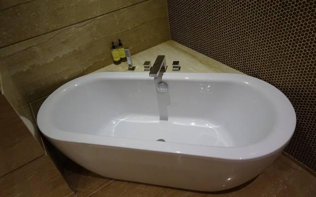 Nawet w małej łazience możemy cieszyć się kąpielą w wannie. Musimy tylko zdecydować się na mniejszy jej model.