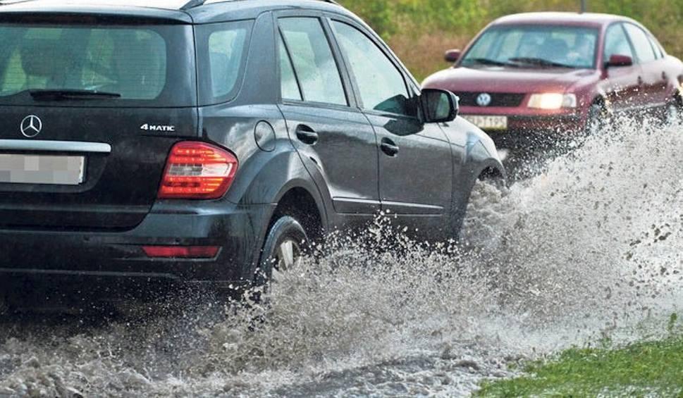 Film do artykułu: Ulewa nad regionem. Woda zalała budynki mieszkalne, posesje oraz drogi