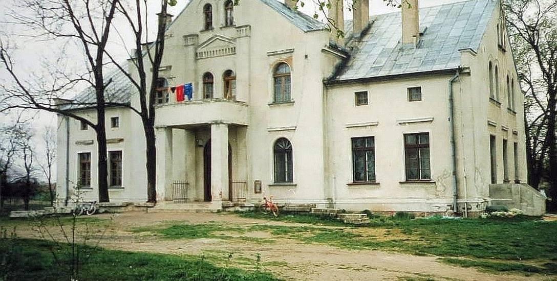 Pochodzący z końca XIX w. dwór to jeden z najbardziej okazałych gmachów w Kołodziejewie