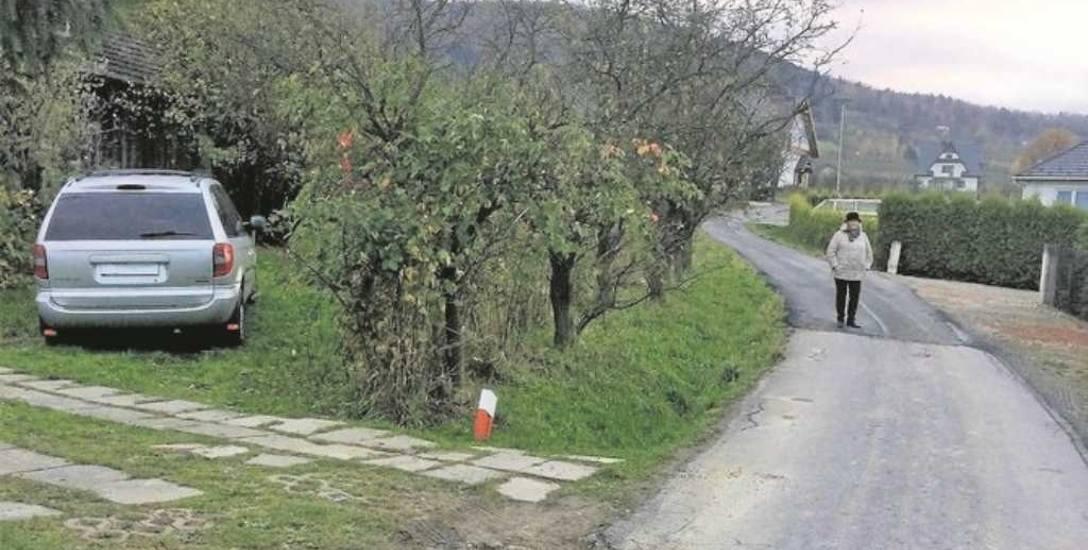 Do miejsca, w którym stoi pani Bernadetta, wymieniono asfalt. Dalej już jej rodzina zastawiła drogę autem. Prac nie dokończono