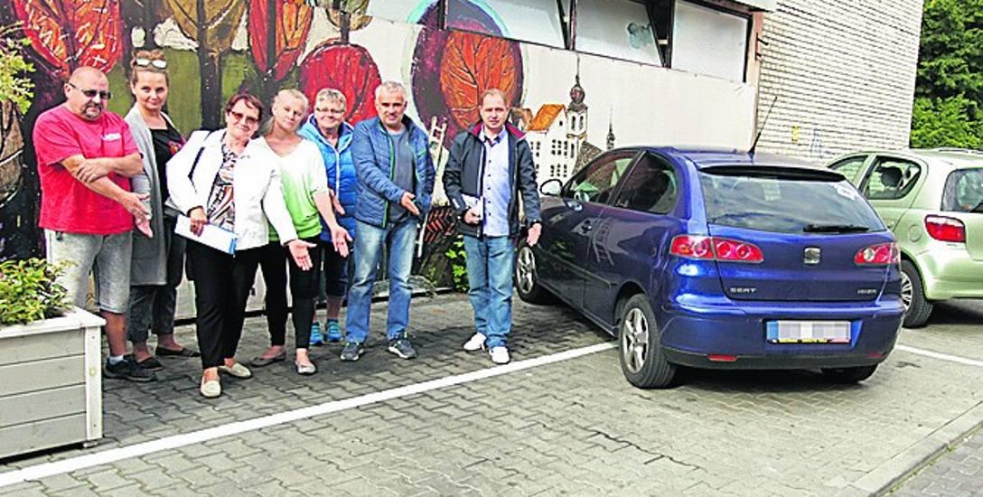 Mieszkańcy os. Kolejowego w Bochni czują się oszukani, bo miasto zabrało im część miejsc na parkingu