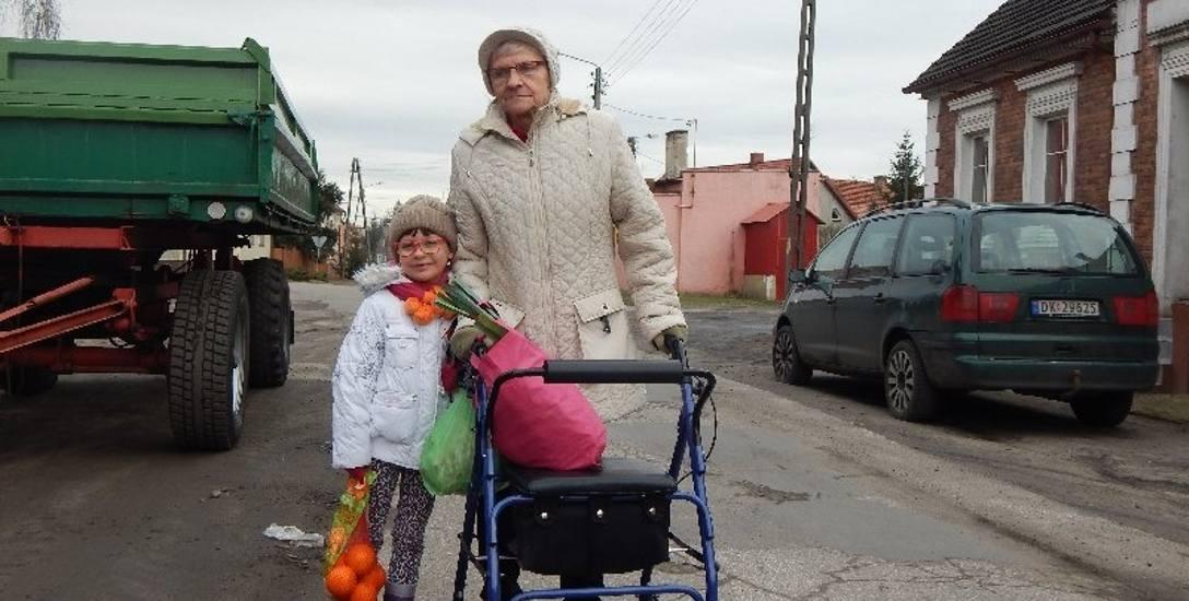 Maria Rudacka wybrała się z wnuczką na zakupy. - Decyzja rad-nych w sprawie podwyżki jest słuszna. Ludziom żyje się źle - mówi.