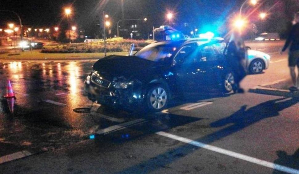 Film do artykułu: Nowy Sącz. Nocne zderzenie samochodów na rondzie Solidarności