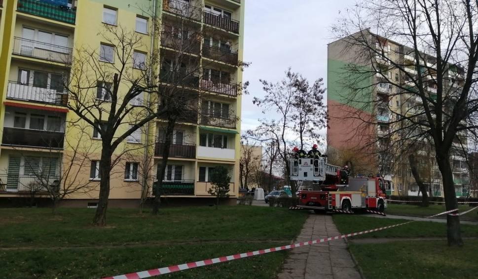 Film do artykułu: Ewakuacja wieżowca po wycieku gazu w Ostrowcu Świętokrzyskim. 150 osób musiało opuścić mieszkania