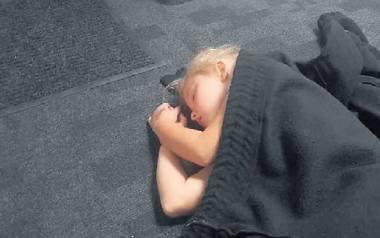 Piątek, godz. 23.30, chwilowo bezdomna 5-letnia Liliana zasnęła na korytarzowej wykładzinie.
