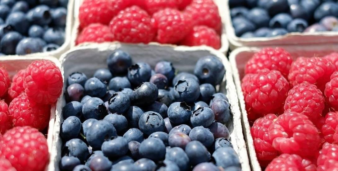 Firma robi sałatki z owoców. Czy znajduje się w nich nielegalny składnik?