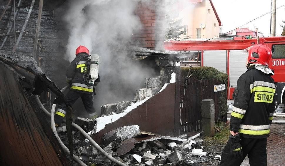 Film do artykułu: Pożar domu w Kielcach przy Rzeszowskiej. Mieszkańcy zdążyli uciec, jedna osoba trafiła do szpitala. Straż w akcji
