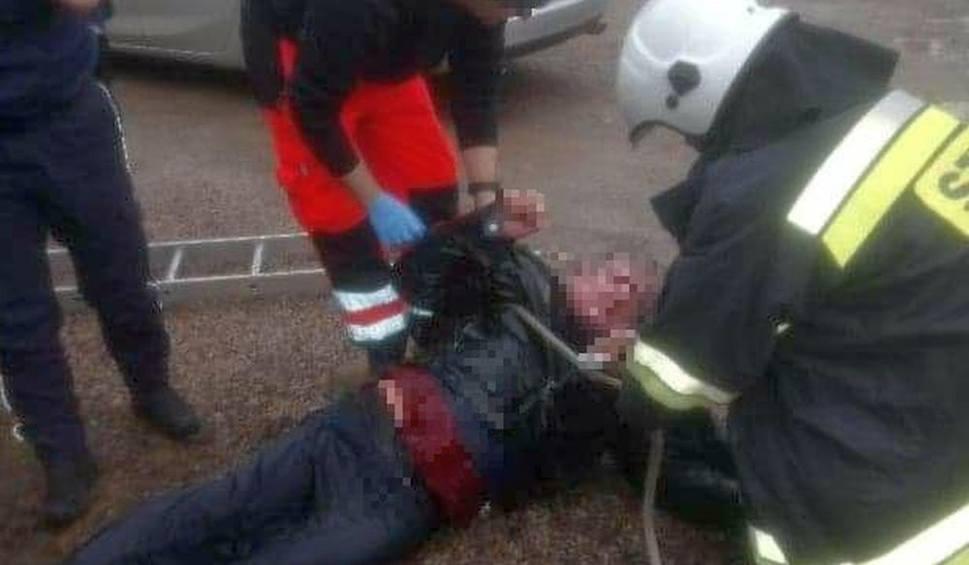 Film do artykułu: W Warce mężczyzna wpadł do głębokiej studni. Ratowali go policjanci, a strażacy wyciągnęli z wody. Wyziębiony 60-latek trafił do szpitala