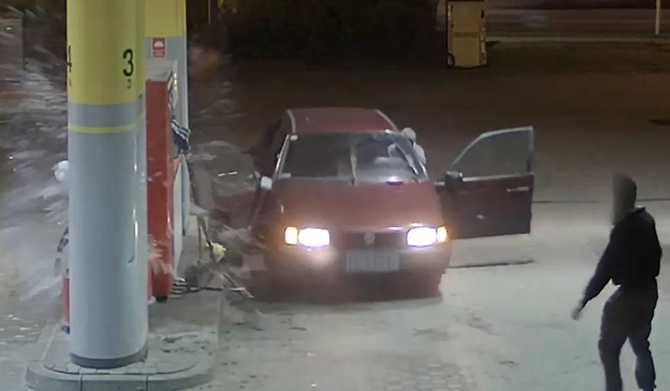 Film do artykułu: Niecodzienna kradzież paliwa na stacji paliw w Bąkowie w gminie Kolbudy. Zniszczyli samochód i dystrybutor. Poszukuje ich policja [FILM]