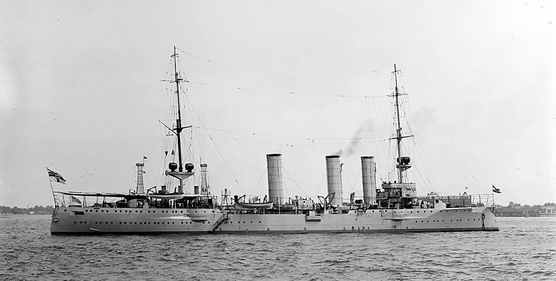 """""""Stettin"""" w 1912 roku, w czasie wizyty w USA. Doskonale widoczne reflektory na obu masztach jednostki"""