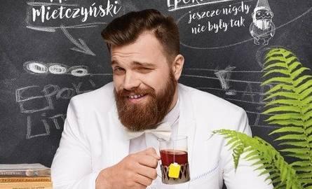 YouTuber, który pod pseudonimem Profesor Niczego specjalizuje się w streszczeniach lektur z przymrużeniem oka, natomiast jako Masochista zajmuje się
