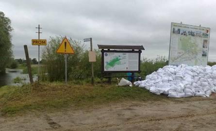 Zamknięta przeprawa promowa w Kłopotowie. Obok worki z piaskiem przygotowane na wypadek, gdyby Warta zaczęła się przelewać przez wały.