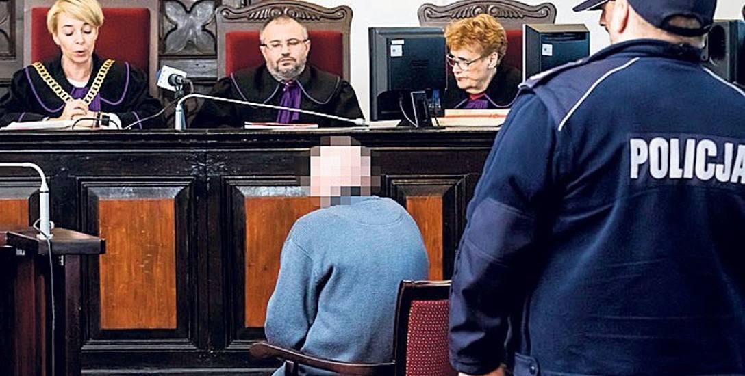 Henryka B. sąd kazał posadzić bliżej sędziów z powodu jego kłopotów ze słuchem. Wyrok sędzia Anna Warakomska musiała powtarzać.