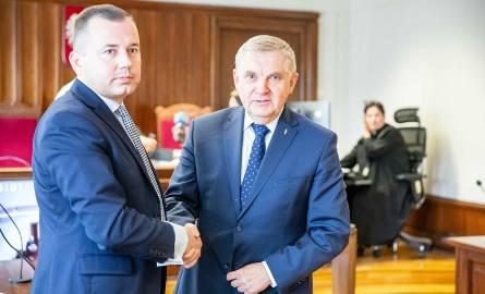 Prezydent podszedł do radnego i podał mu rękę.