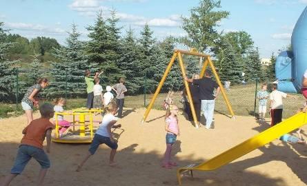 Każda szkoła w gminie będzie miała plac zabaw. Taki plac przy szkole w Wielkiej Wsi.