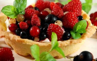Tartaletki z kremem cytrynowym i owocami.