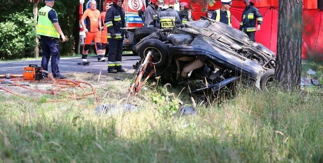 Auto z nieustalonej przyczyny zjechało z drogi, uderzyło w betonowy słup informacyjny i w drzewo. Kierowca i 24-letni pasażer ponieśli śmierć na mie