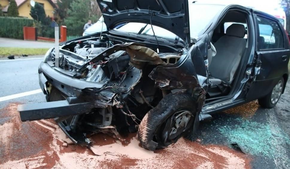 Film do artykułu: Cztery kobiety ranne w czołowym zderzeniu dwóch samochodów w Zbydniowie na drodze krajowej 77 [ZDJĘCIA]