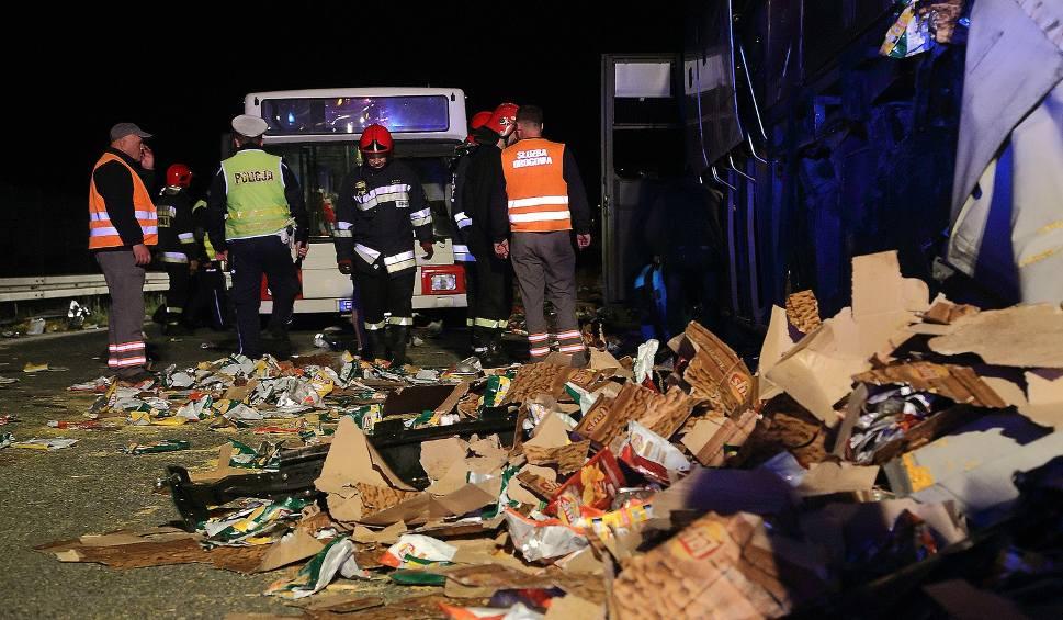 Film do artykułu: Wypadek na S8 w Piotrkowie. Zderzenie samochodu ciężarowego z autobusem [ZDJĘCIA]