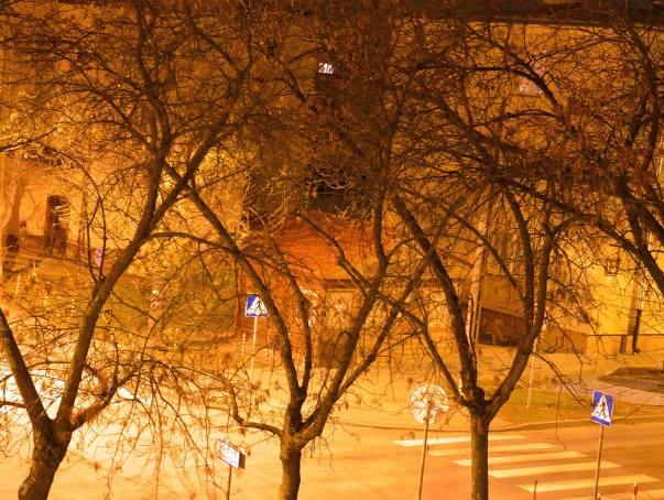 Przez brakujące oświetlenie ulic, jasno jest tylko w tych miejscach, gdzie dochodzi oświetlenie od okolicznych lamp