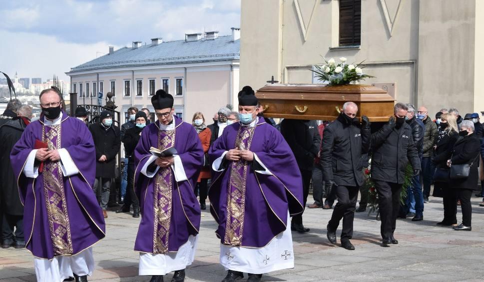 Film do artykułu: Pogrzeb Zdzisława Mojeckiego, znanego działacza sportowego, przedsiębiorcy. Mszy w katedrze w Kielcach przewodniczył biskup [ZDJĘCIA]
