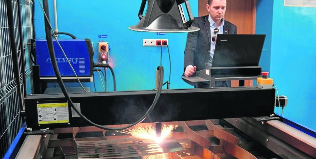 Pracownia spawalnicza w Zespole Szkół Technicznych w Szczecinku, urządzenie do wycinania elementów metalowych tzw. plazmą, czyli z wykorzystaniem łuku