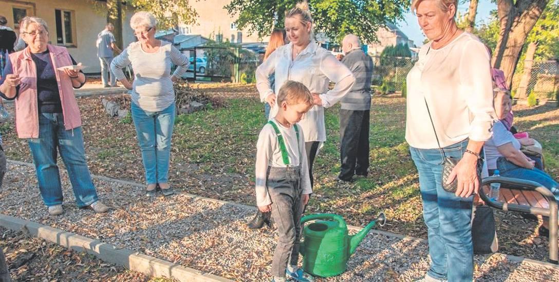"""Dzięki dofinansowaniu z programu """"Działaj Lokalnie"""" Akademia Seniora wraz z podopiecznymi Dziennego Domu Senior+ oraz wolontariuszami tworzy zieloną"""