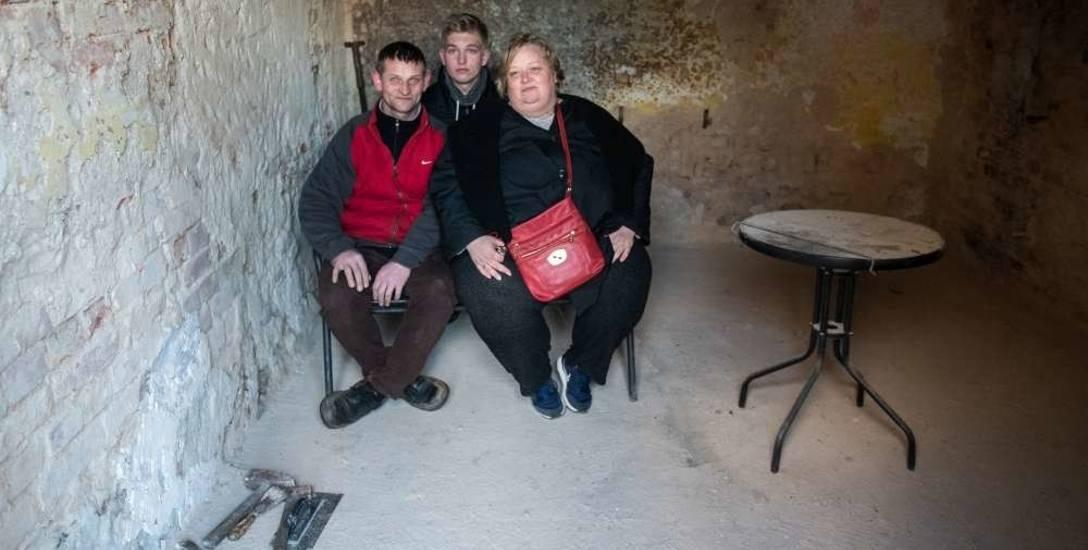 Katarzyna i Tomasz Chudzińscy z synem Patrykiem w pokoju, w którym wybuchł pożar. Jeszcze niedawno toczyło się tu życie rodziny
