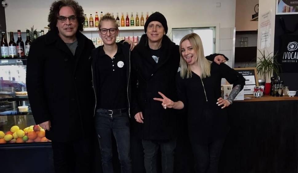 Film do artykułu: Depeche Mode w Trójmieście. Członkowie zespołu Depeche Mode dwukrotnie jedli posiłek w wegańskim bistro na gdańskim Przymorzu obok falowca