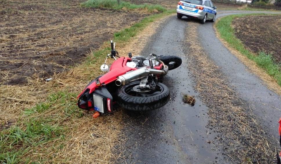 Film do artykułu: Konin: Policyjny pościg za motocyklistą z nieczystym sumieniem zakończony na drzewie [ZDJĘCIA]