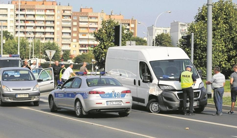 Film do artykułu: Zderzenie dwóch samochodów w Stalowej Woli. Dwie osoby ranne