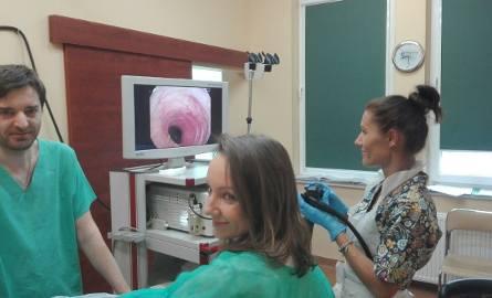 Badanie jelita grubego polega na wprowadzeniu do niego przez odbyt kamery umieszczonej na giętkim przewodzie. Na zdjęciu lek. med. Anna Ruttar-Weron