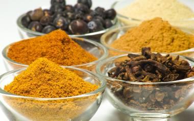 Kardamon, cynamon, imbir czy czosnek to wybrane przyprawy rozgrzewające, które pomagają nam zachować zdrowie i dobre samopoczucie w chłodne miesiące.