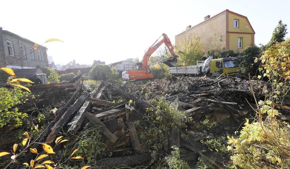 Film do artykułu: Spalony dom przy ul. Wiktoria 6/1 w Białymstoku w końcu rozbierany. Płonął sześć lat temu [ZDJĘCIA]