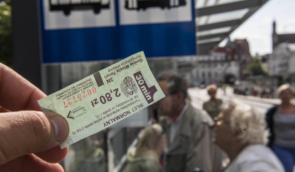 Film do artykułu: Toruń planuje obniżenia cen biletów komunikacji miejskiej dla uczniów? W Bydgoszczy płacą tylko 10 złotych miesięcznie!