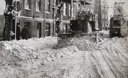 Tak wyglądał zasypany śniegiem Poznań w 1979 roku. Przejdź dalej i zobacz kolejne zdjęcia --->