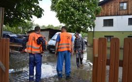 Powódź na Kamiennej Drodze. Woda z pękniętej rury zalała lokale [ZDJĘCIA]