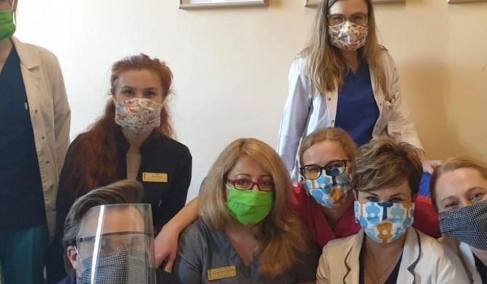 Film do artykułu: Dąbrowa Górnicza: seniorzy szyją maseczki dla szpitali. Potrzebują jednak wsparcia