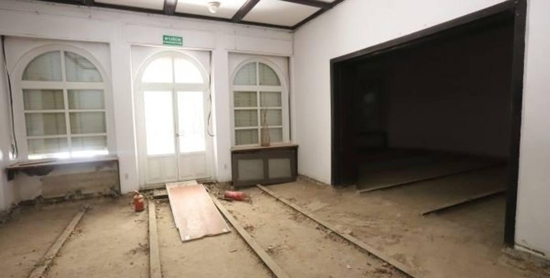 W Poleskim Ośrodku Sztuki trwa gruntowny remont, wszędzie unosi się kurz i pył