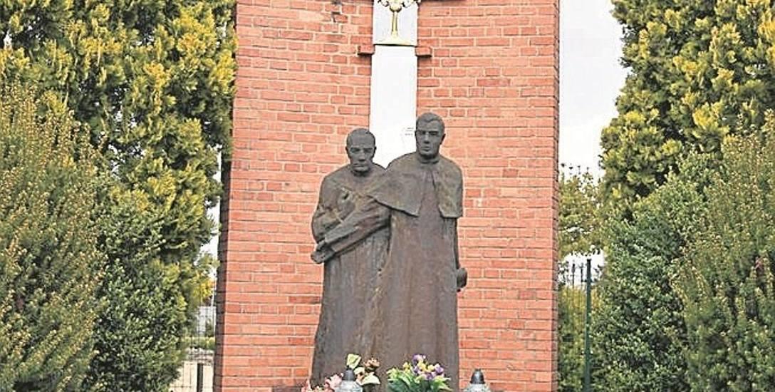 Pomnik Błogosławionych Męczenników w Osięcinach. Błogosławieni księża są patronami gminy Osięciny.