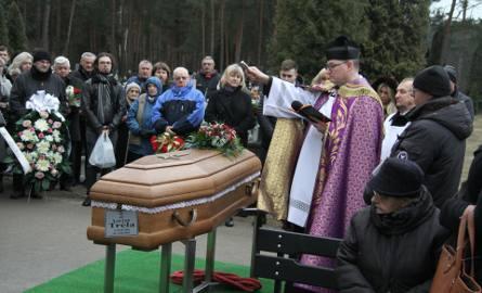 Pogrążona w żałobie rodzina, przyjaciele, przedstawiciele władz samorządowych, ludzie sportu i setki mieszkańców Stalowej Woli pożegnało w piątek Lucjana