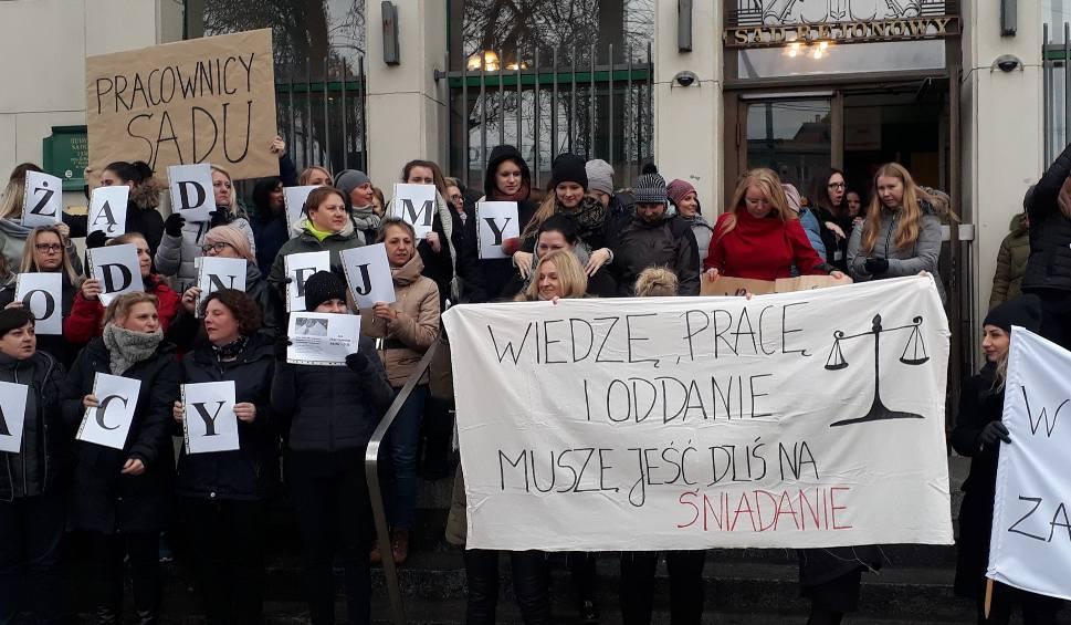Film do artykułu: Trwa protest urzędników. Przed Sąd Rejonowy w Gdyni wyszli niezadowoleni pracownicy. Domagają się m.in. podwyżek