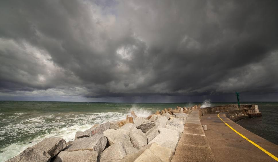 Film do artykułu: Sztorm w Ustce. Koniec lata i słonecznej pogody nad morzem (wideo, zdjęcia)