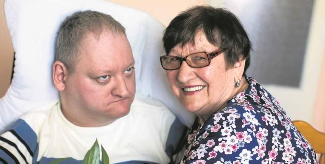 Pani Władysława ze swoim synem Marcinem w ich mieszkaniu w Brzesku. Marcin jest niepełnosprawny, ale matka wierzy, że mężczyzna rozumie wszystko z tego,