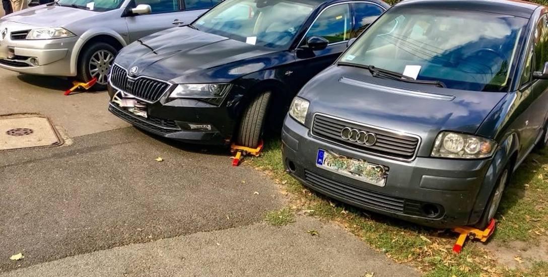 Straż miejska założyła blokadę kół na samochody, które przyjechały do Kinoteatru przy ul. Dwernickiego w Bydgoszczy.