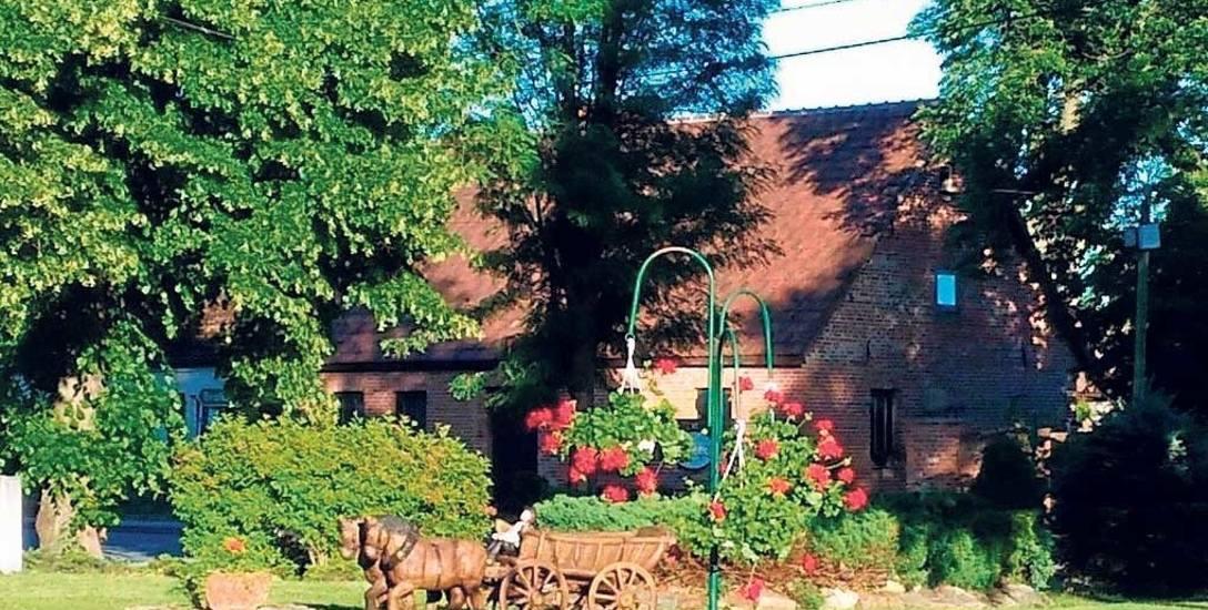 Biały Zdrój wyróżniają nie tylko rzeźby, ale też piękna, zadbana zieleń. Turyści odwiedzający miejscowość chwalą ją za czystość oraz otwartość miesz