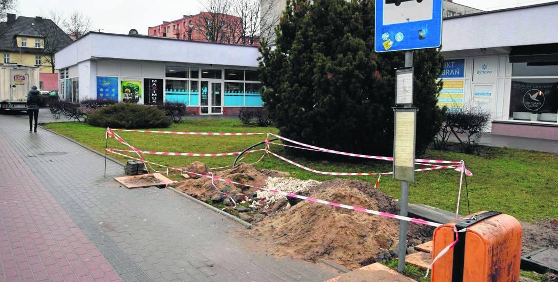Ulica księcia Warcisława IV w Szczecinku, jeden ze zdemontowanych starych przystanków autobusowych. Nowe pojawią się najwcześniej za kilka tygodni