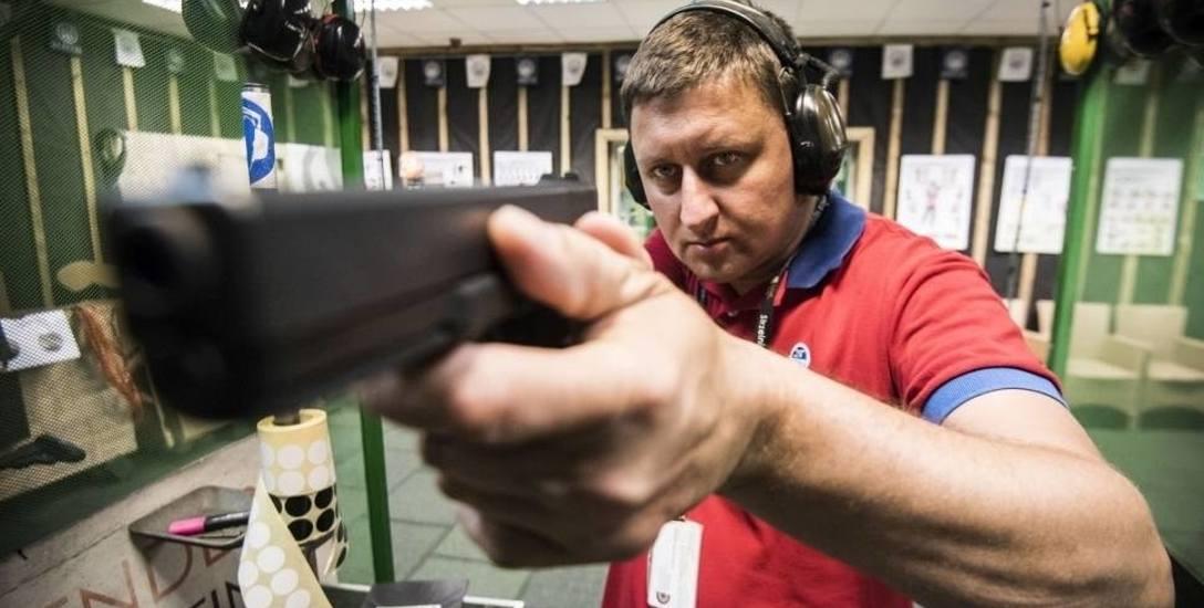 Miłośnicy militariów, którzy nie mają pozwolenia na broń albo dopiero zaczynają przygodę ze strzelectwem, korzystają z usług profesjonalnych strzeln