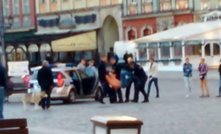 Tak wyglądało zatrzymanie Igora Stachowiaka na wrocławskim Rynku. Mężczyzna kilka godzin później już nie żył